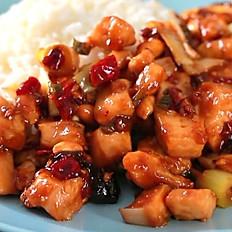 жареная курица с огурцом, морковью и рис