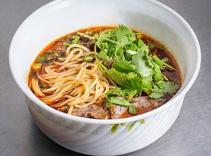 Густой суп с домашней лапшой. В составе: бадьян, корица, соус вываренный, соевый соус, чили соус, томатная паста, кетчуп, кинза, лук зелёный, говядина