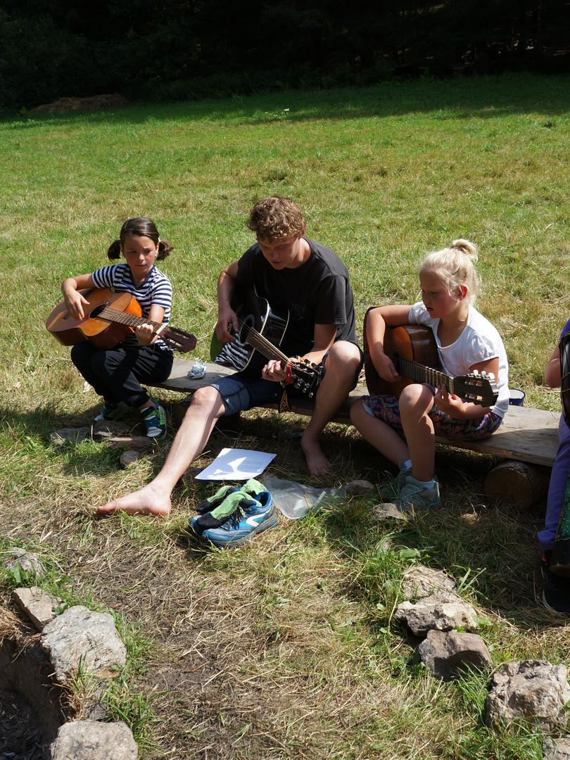 Nácvik na večerní koncert u ohně - letní tábor Foxík