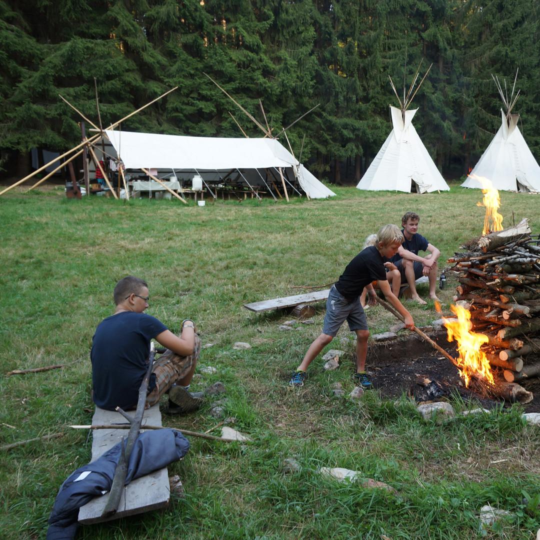 Podpalování slavnostního ohně vlastnoručně vyrobenými pochodněmi