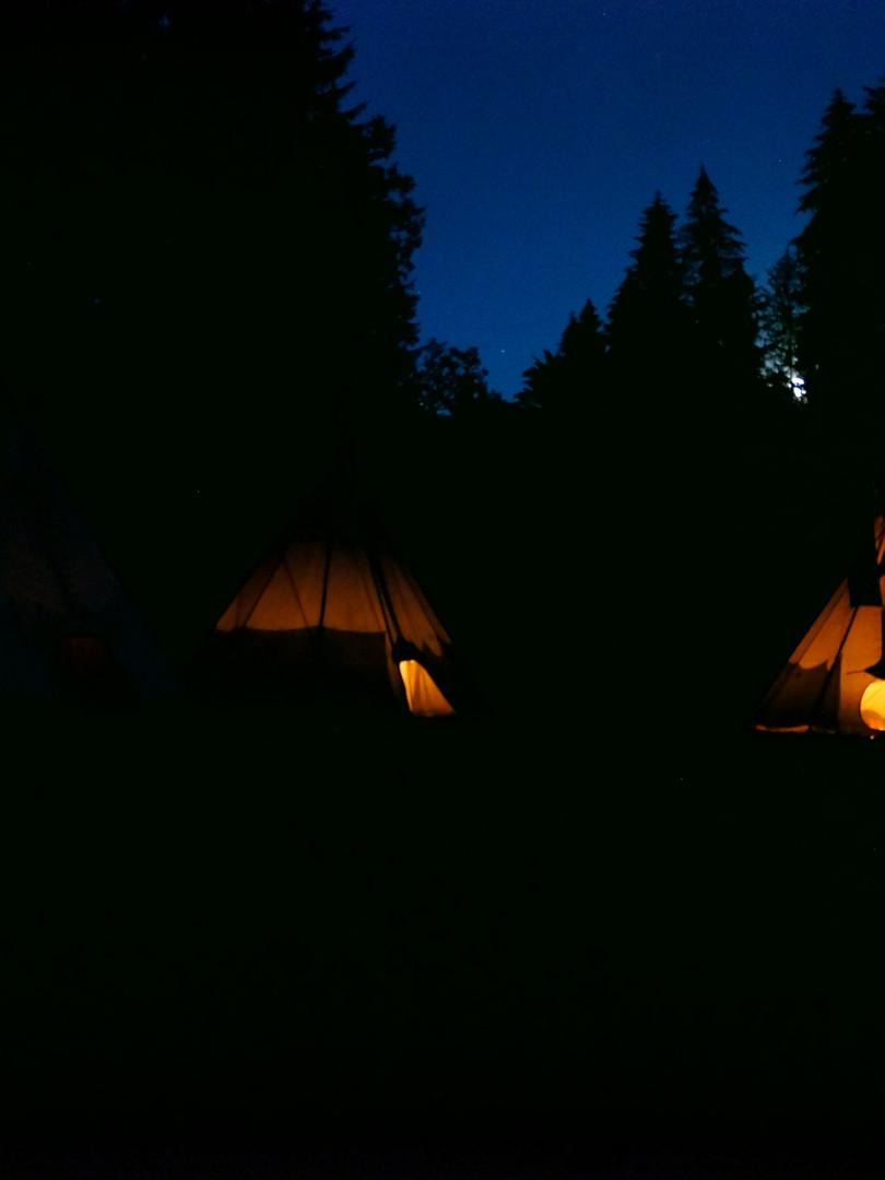Večerní oheň v teepee - letní tábor Foxík