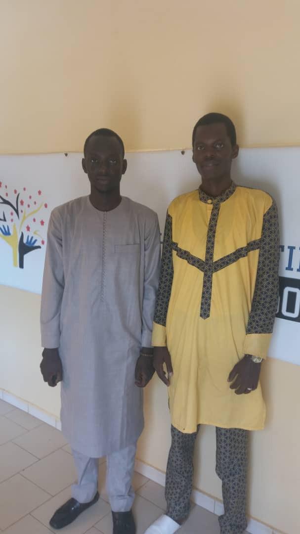 Cheickh Tidiane FAYE (en jaune) avec un chercheur invité au siège des Enfants d'Abord