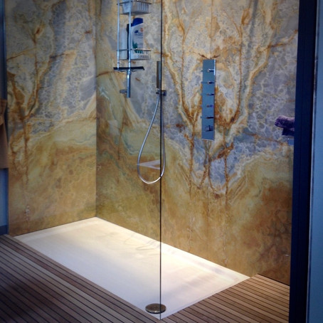 Inloopdouche in Onyx - Douche à l'italienne en Onyx - Walk-in shower with Onyx stone