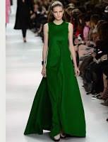 Color verde esmeralda con cuello básico sin mangas ideal para lucirlo en una ceremonia