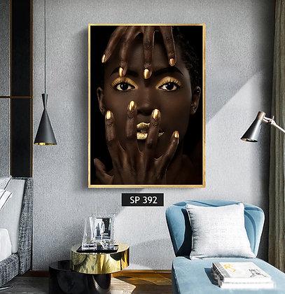 אפריקאית באיפור מוזהב