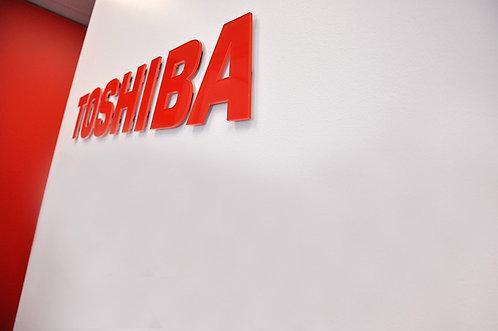 """Insegna """"TOSHIBA"""" a muro in Plexiglass 150x23"""