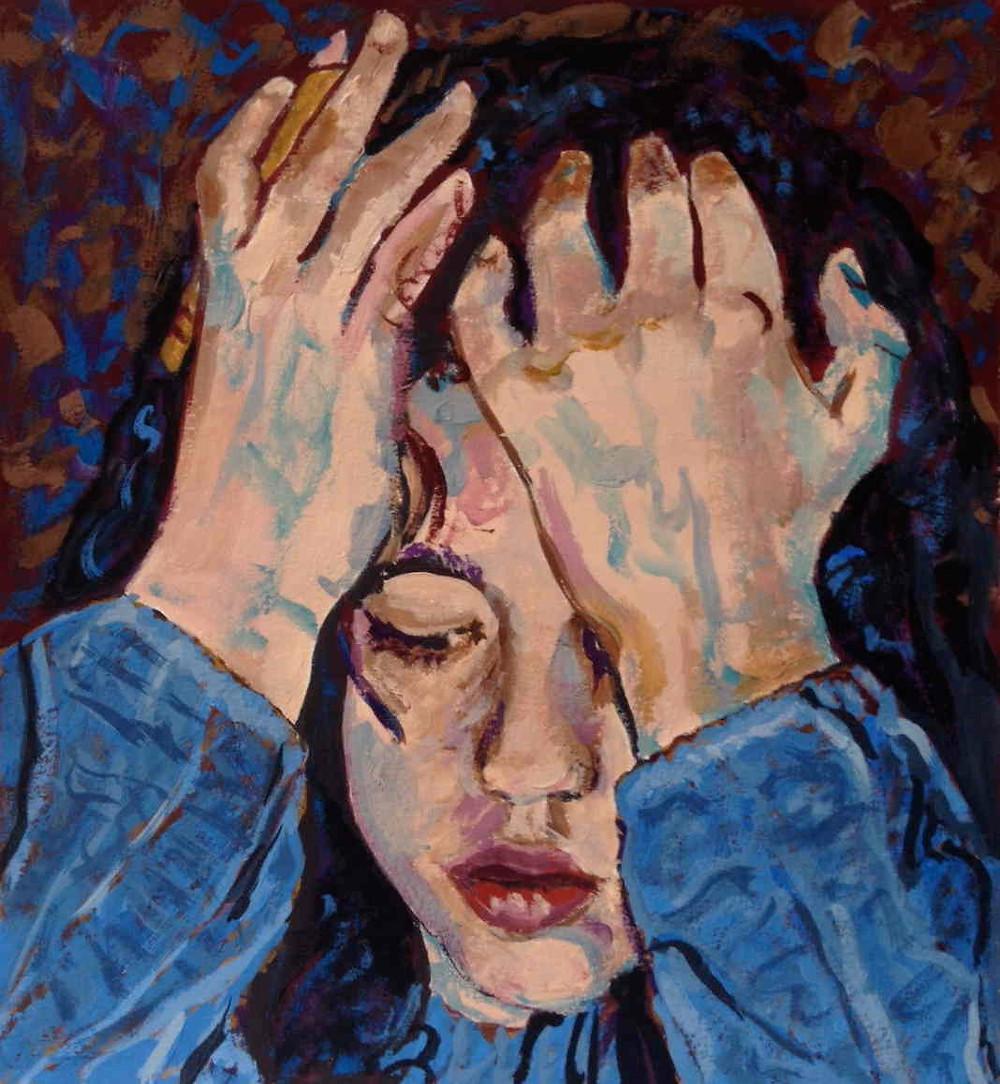 portrait d'une fille qui se tient la tête, un crayon à la main