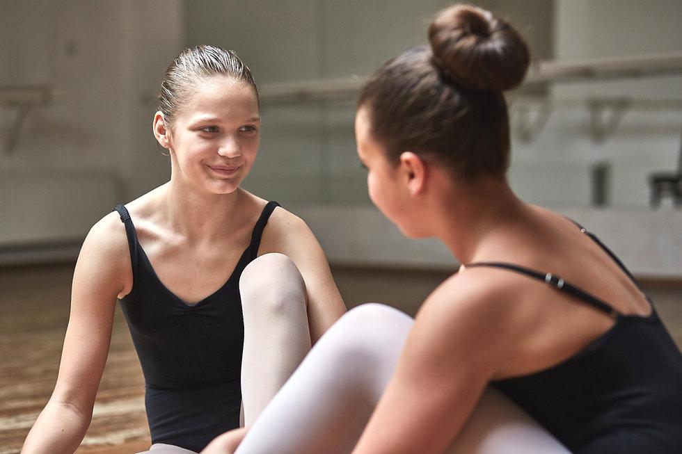 Два молодых балерин
