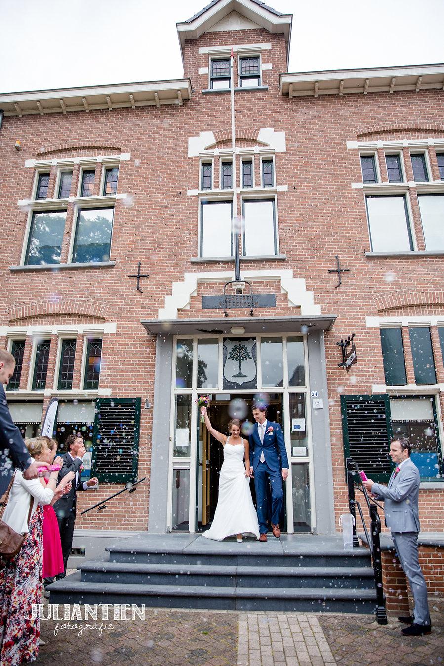 Het Historisch Museum Vriezenveen beschikt over een fantastisch mooie trouw locatie. De oude raadszaal van de vroegere gemeente Vriezenveen met haar prachtige glas in lood ramen maken het een autentieke en bijzondere locatie voor de meest bijzondere dag in uw leven.