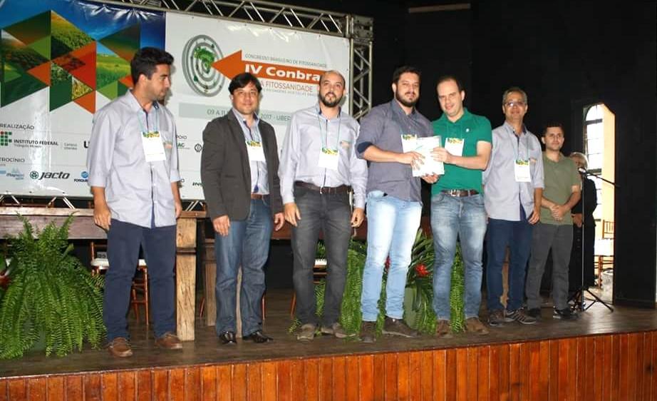 Gustavo Castilho Beruski recebendo o prêmio do CONBRAF, em Uberada, MG