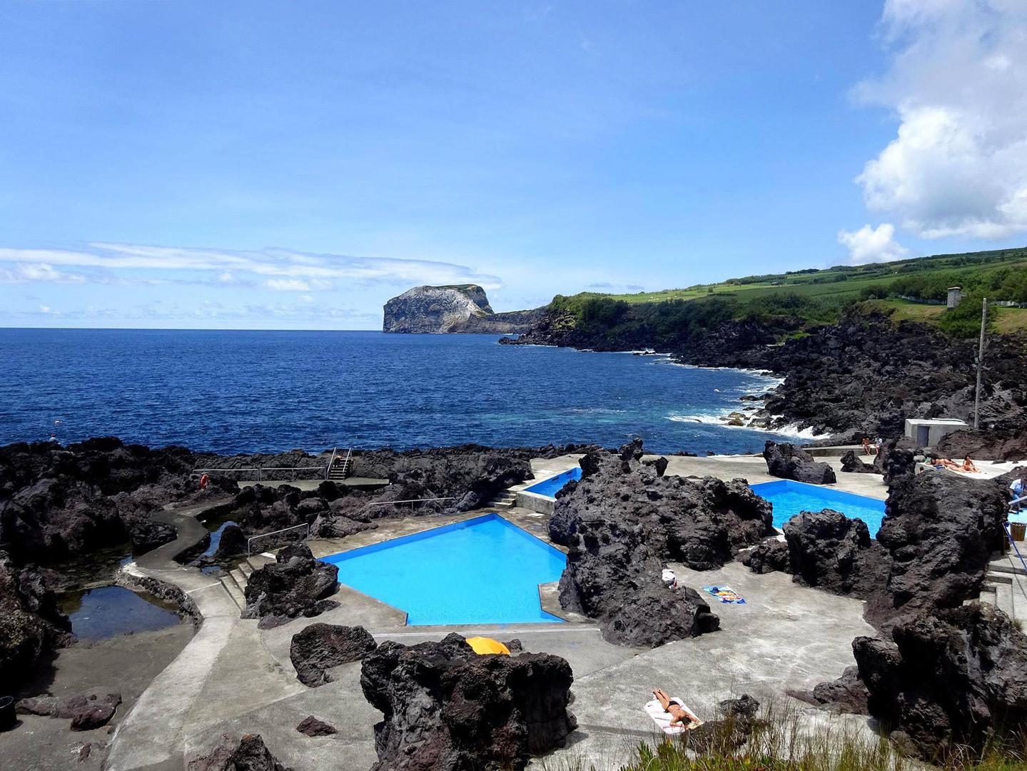 Caminhada às piscinas naturais