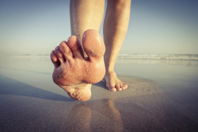 Os benefícios de andar descalço 5 minutos todos os dias