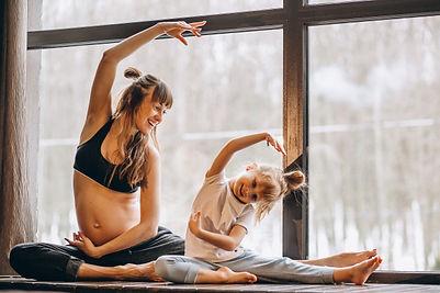 mopther-gravida-fazendo-yoga-com-filhinh