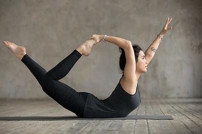 mulher-jovem-em-curve-se-pose_1163-5060.