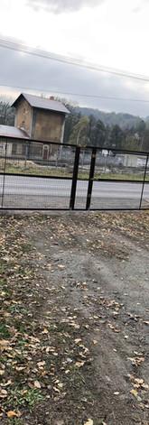 Brána v komaxitu s kari sítí