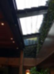 Tavanın kenar kısımlarındaki cam lameller.