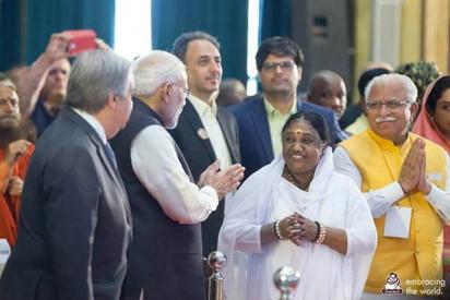 Amma mit Indiens Premierministeri.jpg