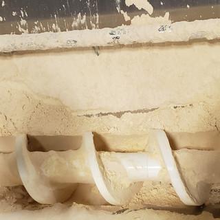 Dépotage de sacs de farine
