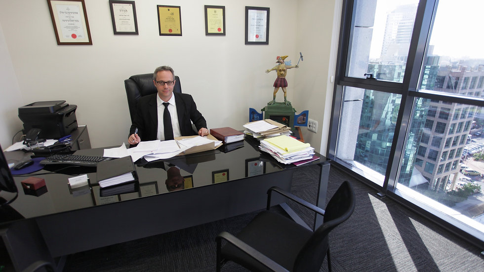 """עו""""ד אמיר מורשתי במשרדו"""
