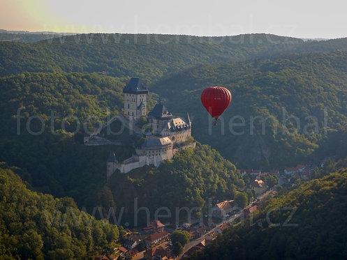 Fotka ke stažení velká - Balón u Karlštejna