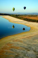 Odlesky balónů na vodní hladině