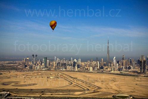 Balón a Dubaj v pozadí
