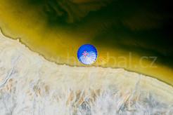 Balón z výšky - na hranici vody a země