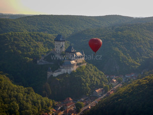 Balón nad Karlštejnem