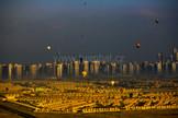 Dubaj s balóny při východu slunce
