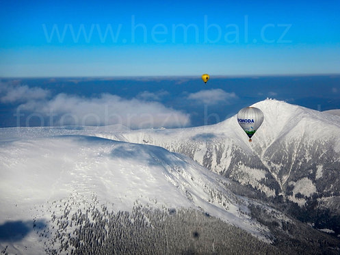 Fotka ke stažení střední - Balóny u zasněžené Sněžky