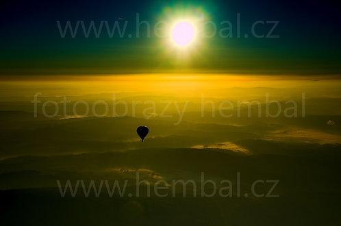 Balón při západu slunce