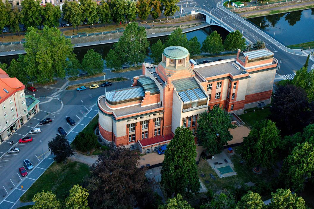 Muzeum Hradec Králové zezadu