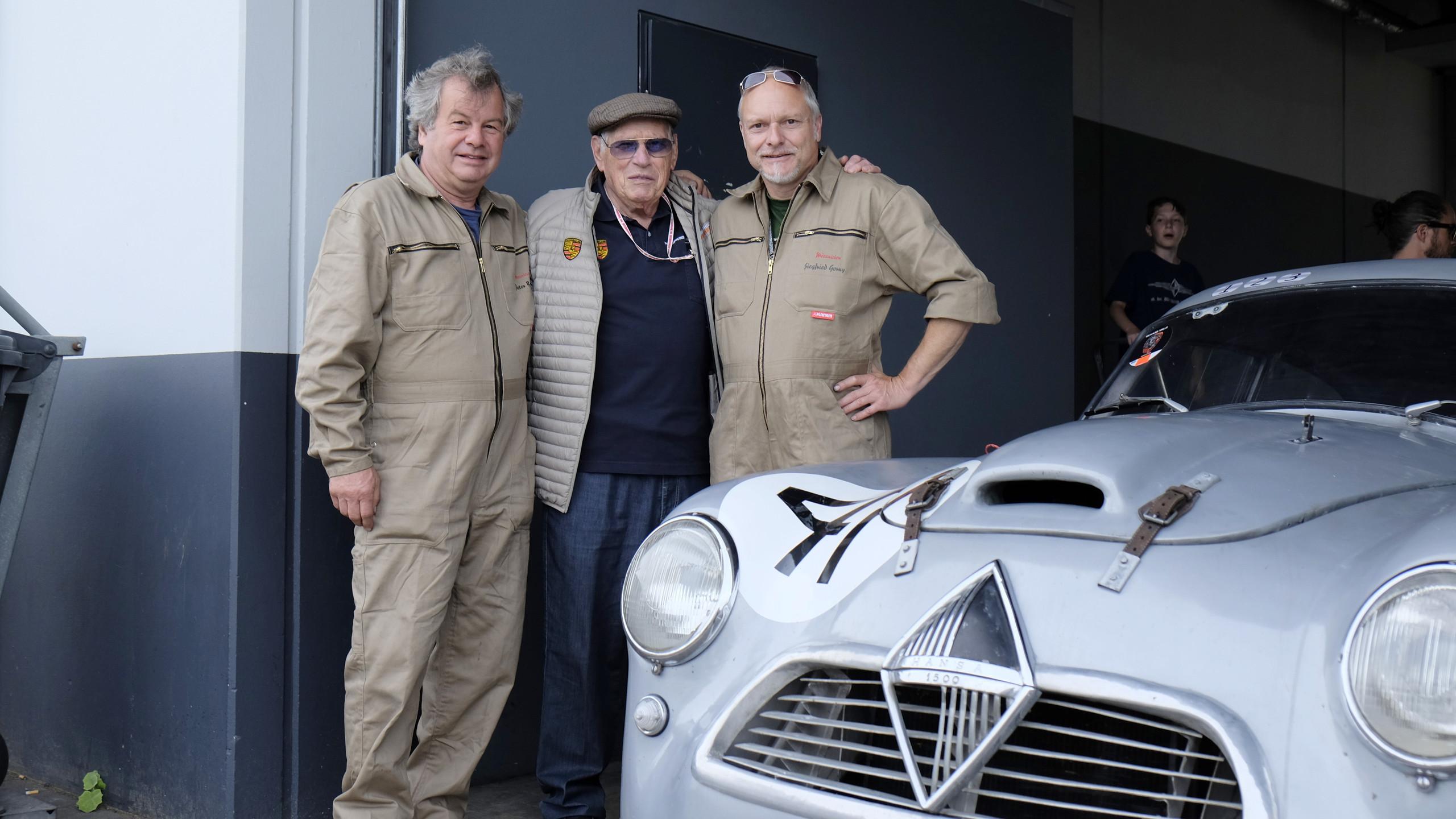 Rennlegende Herbert Linge, Le Mans Gewinner von 1960 im 356er Porsche und damaliger Konkurrent der Silberpfeile aus Bremen im Fachgespräch mit Lars-Eric Larrson und den Mechanikern