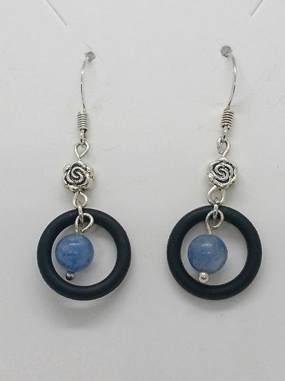 Boucles d'oreilles anneaux en caoutchouc et perles sodalite