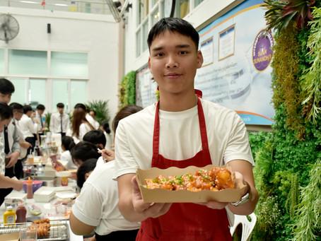 สาขาการโรงแรม วิชาเอกธุรกิจภัตตาคาร ได้จัดบูธจำหน่ายอาหารทั้งคาว-หวาน ทั้งไทยและนานาชาติ