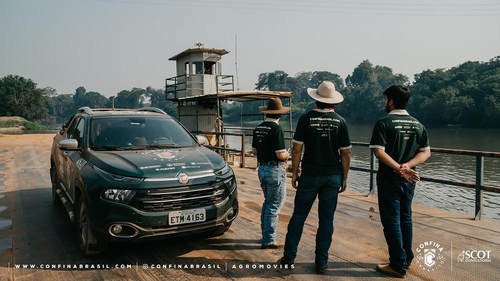 equipe confina brasil e carro fiat toro a beira do rio.