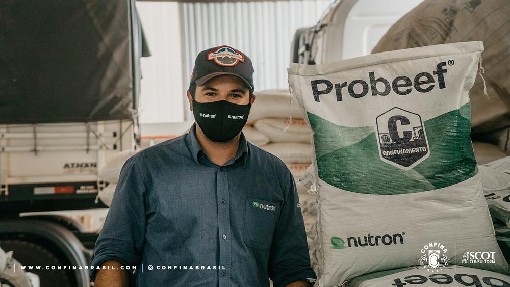 Confina Brasil. Funcionário da fazenda ao lado de um saco da Nutron Probeef.