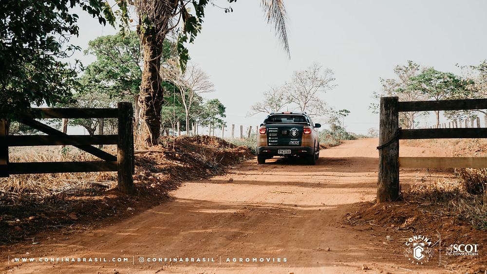 fiat toro do confina brasil saindo da fazenda