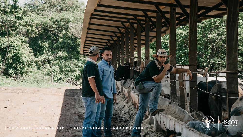 tecnicos confina brasil conversando com pecuarista na fazenda
