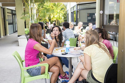 Noosa-students-having-lunch-1140x761.jpg