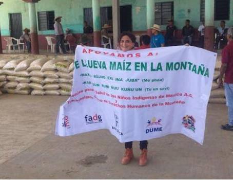 Ofelia Medina encabeza entrega de maíz en La Montaña de Guerrero. Sergio Ocampo / La Jornada