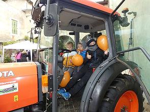 3 enfants dans tracteur avec ballons.jpg