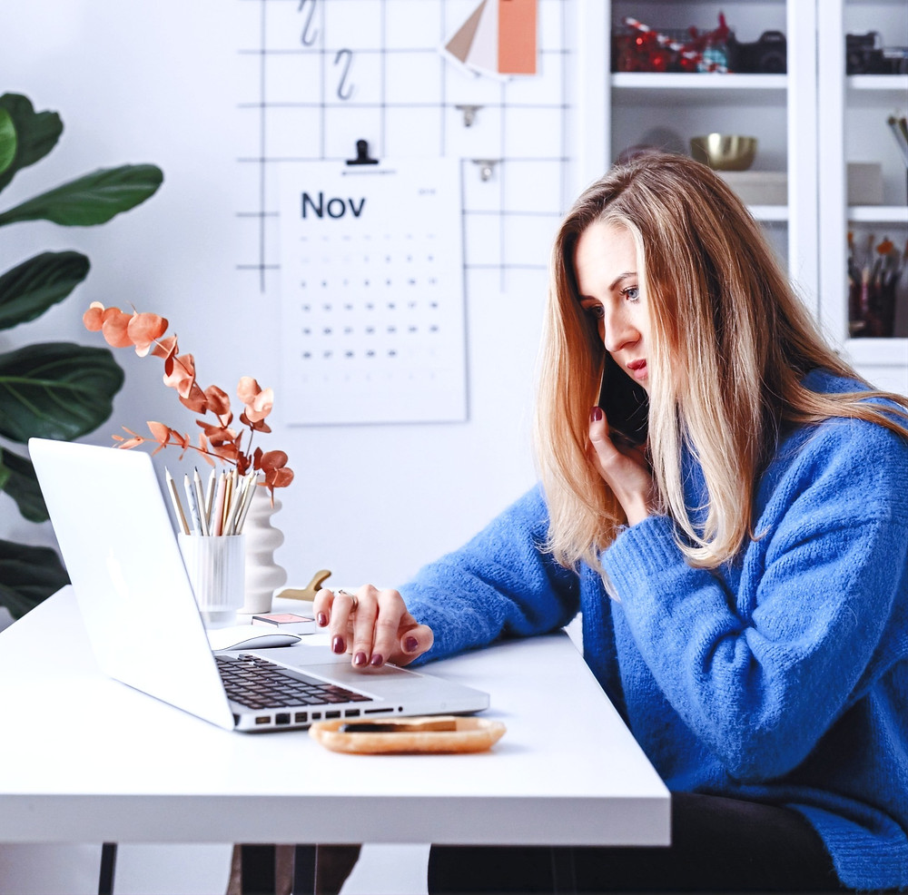 woman at laptop reading