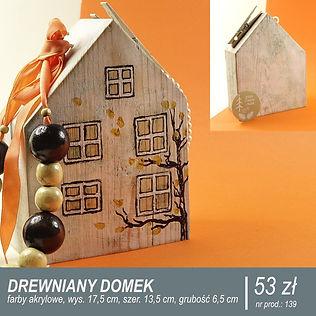 Biały drewniany domek ręcznie malowany farbami akrylowymi, na biżuterię, klucze lub breloczki. Na froncie żółte okna i jesienne drzewo z żółtymi liśćmi unoszonymi przez wiatr.