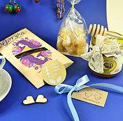Ale kot ale żaba, Ale kot! Ale żaba!, drewniany domek, rękodzieło, decoupage, wieszak, na biżuterię, dekoracja, piękny prezent, upominek, wyjątkowy gadżet, oryginalny prezent, przycisk do papieru, na półkę z książkami, na prezent, wyjątkowy prezent, dla mamy, dla babci, dla siostry, dla przyjaciółki, na urodziny, na rocznicę, z okazji przejścia na emeryturę, dekor, styl rustykalny, inspiracja, home decor, decoration, wystrój wnętrza, pomysł na prezent, wyrób regionalny, zestaw prezentowy, box prezentowy, co na prezent, piękny prezent, podarunek, lokalny producent, twórca, artysta, rękodzielnik, wyroby rękodzielnicze, mazury, na dzień babci, herbatka, ahmad tea, herbata, miód, imbir, na odporność, czekolada, kakao, zdrowe produkty, polskie rękodzieło, ręcznie robione, z manufaktury, mazury, mazurski, mazury cud natury