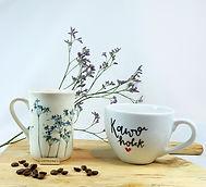 Dwa duże kubki do kawy, stoją na drewnia