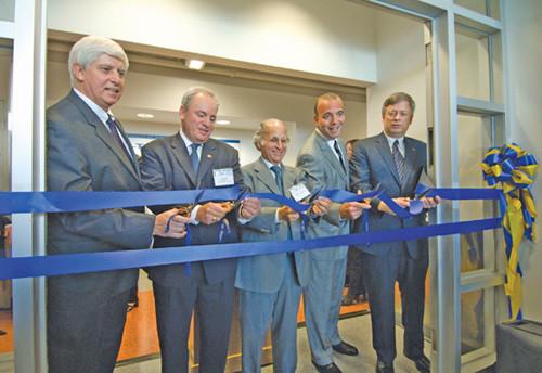Разрезание ленты для Центра исследований вакцин - Слева направо: Дональд С. Берк, конгрессмен США Майк Дойл, Артур С. Левин, Дэн Онорато, Марк А. Норденберг