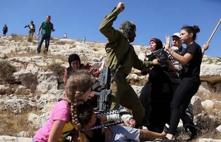Израильский солдат готовится нанести удар