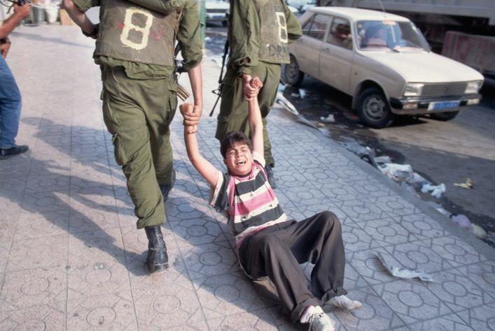 Израильские солдаты задерживают ребенка