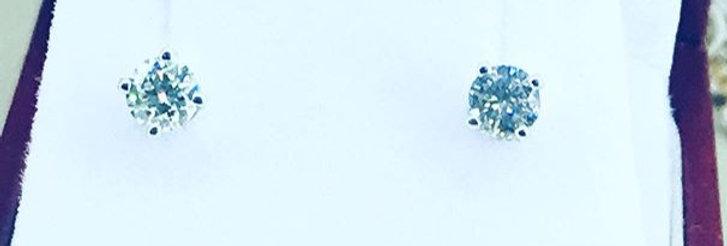 Aretes con un diamantes de 0.25 ct. cada uno.